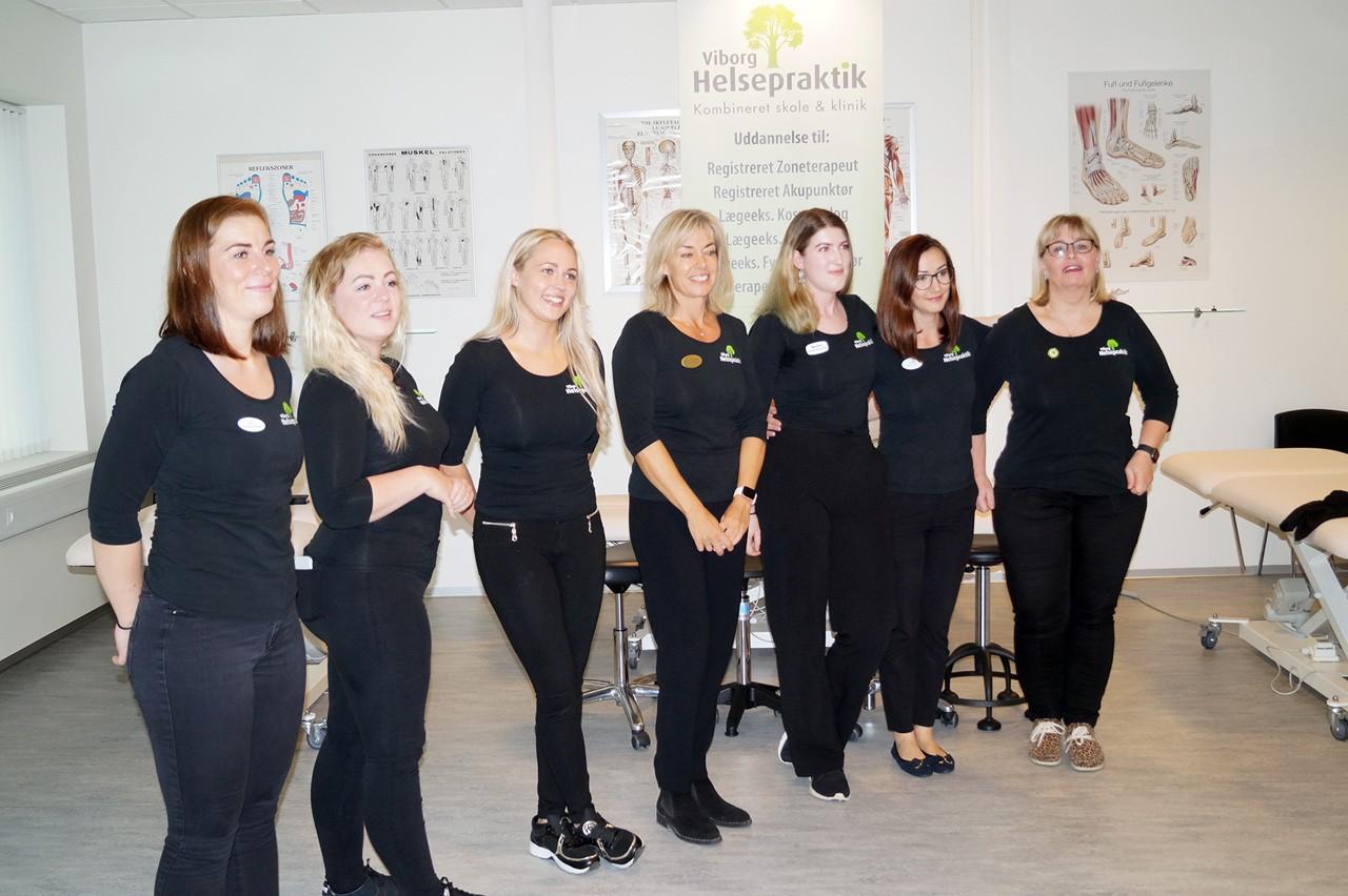 Nye kosmetologer består kosmetologeksamen
